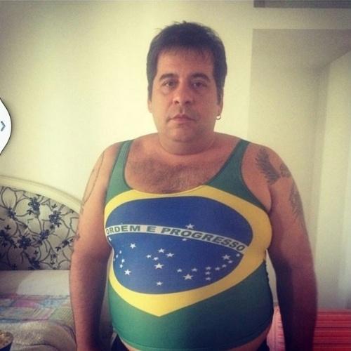 """17.jun.2014 - Roberta Rodrigues posta foto de Leandro Hassum com regata do Brasil. """"você é o MELHOR agora nossa vitória é certa"""", escreveu ela"""