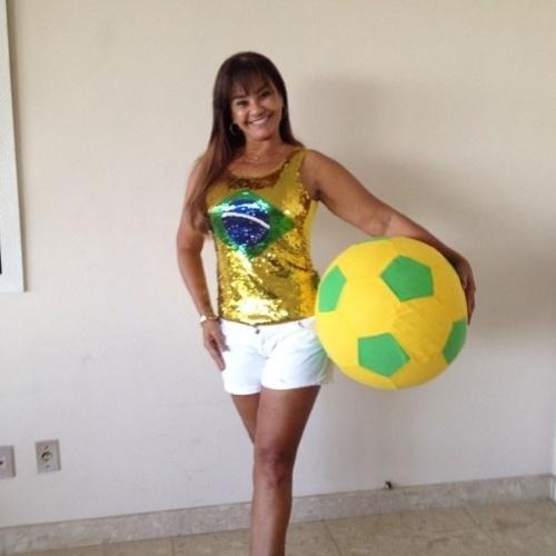 """17.jun.2014 - Solange Couto já está se preparando para o jogo desta terça-feira entre Brasil e México. """"Bóra torcer, estou me preparando!"""", escreveu ela"""