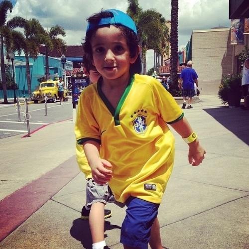 """17.jun.2014  - Suzana Gullo, mulher de Marcos Mion, veste o filho com a camisa da Seleção e mostra a foto em seu Instagram. """"Vamos lá BRASILLLLLLLL #acopaenossa #copa2014"""", disse no Instagram"""