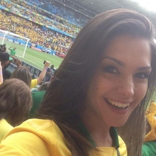 17.jun.2014 - Thais Fersoza posta foto na  Arena Castelão, em Fortaleza