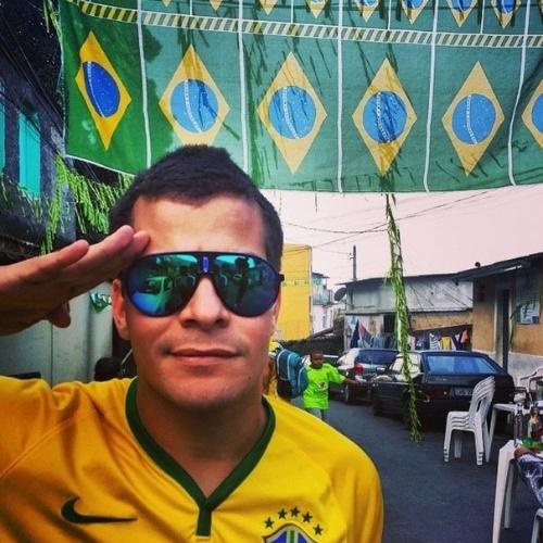 """17.jun.2014 - Thiago Martins posta foto no Morro do Vidigal, no Rio de Janeiro. """"Avante Brasil!"""", escreveu"""