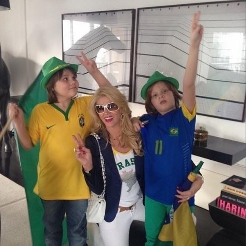 17.jun.2014 - Val Marchiori com os gêmeos Eike e Victor prontos para torcer pelo Brasil