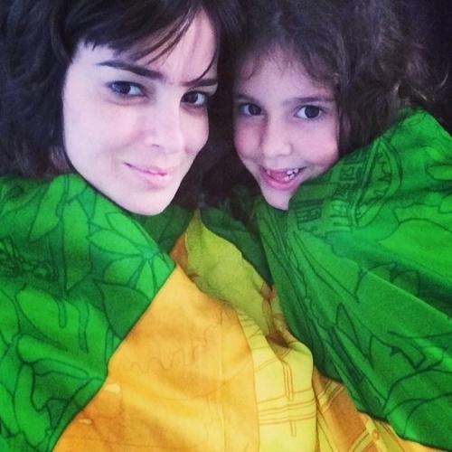 17.jun.2014 - Vera Viel e a filha se cobrem com as cores do Brasil para torcer pelo Brasil na Copa