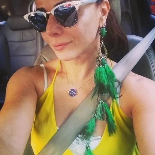"17.jun.2014 - Viviane Araújo mostra o maxi brinco verde. ""Bom dia BRASILLLLLLLLLL!! #todatrabalhadanopatriotismo #vamocomtudobrasil #taçanaraçabrasil #enãoéquetatendocopa #copadomundobrasil2014"", escreveu"