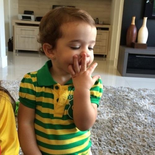 """17.jun.2014 - Vera Viel, mulher de Rodrigo Faro, exibe a filha Helena mandando beijo e escreve: """"Beijo de sorte para seleção brasileira"""""""