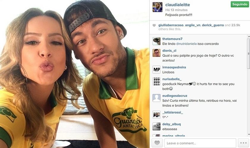 """17.mar.2014 - Com a camisa da Seleção, Claudia Leitte e Neymar fazem biquinho em foto postada pela cantora. """"Feijoada pronta"""", escreveu a artista ao compartilhar a imagem no Instagram"""