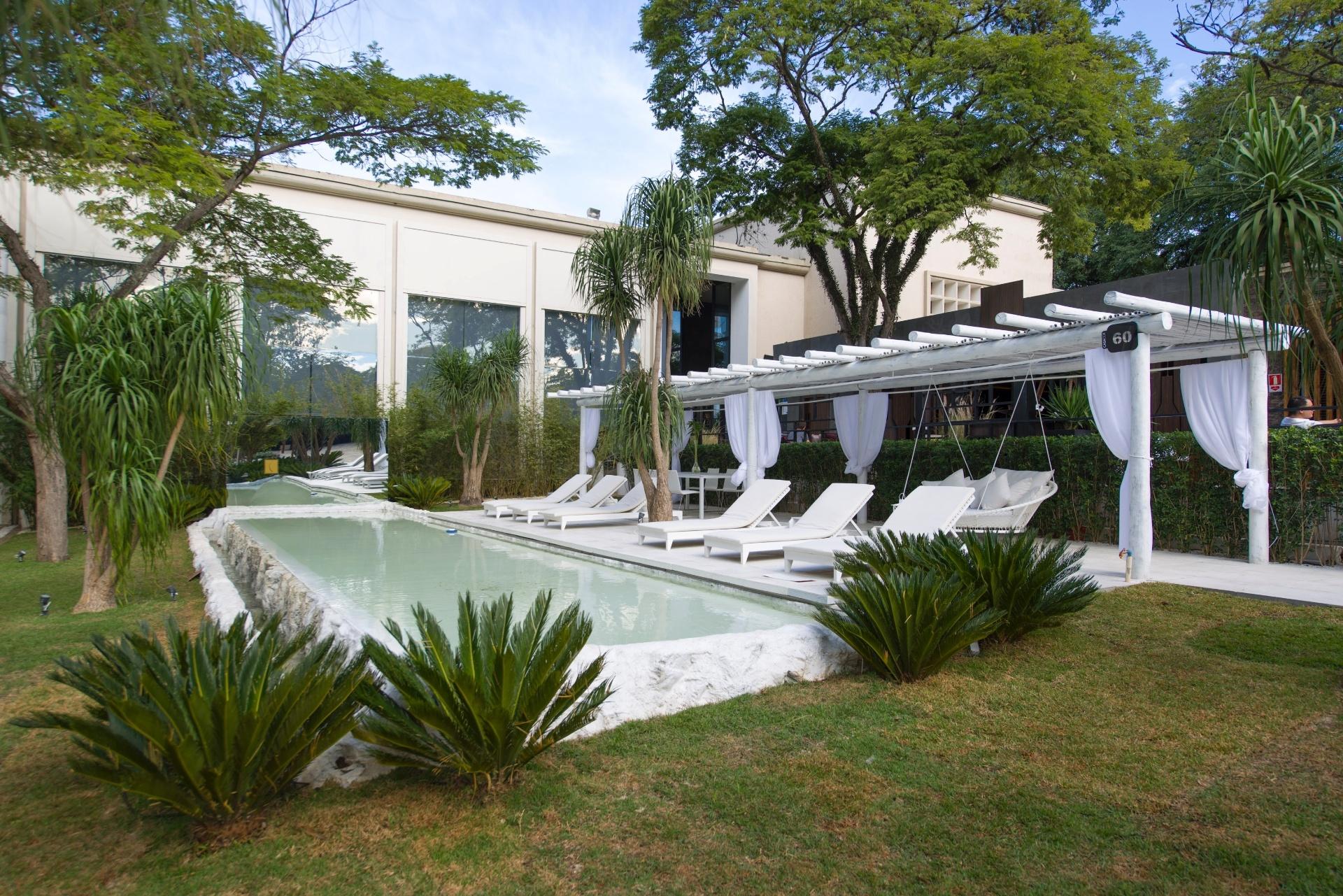 Assinada por Marcelo Faisal, a Praça Casa Cor - com 500 m² -, tem piscina, pergolado e mobiliário brancos. O arquiteto e paisagista batizou o ambiente como