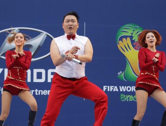 17.jun.2014 - Psy se apresenta durante a exibição pública do jogo entre a Coreia do Sul e Rússia na Copa do Mundo Brasil 2014, em Seul