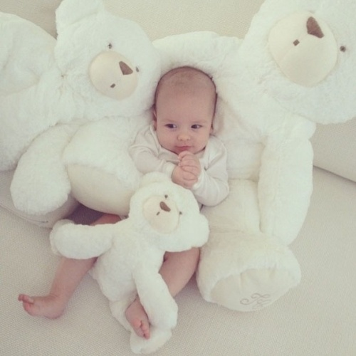 """18.jun.2014 - Ana Hickmann posta foto do filho Alexandre com ursinhos de pelúcia e escreve: """"Meu ursinho lindo!"""""""