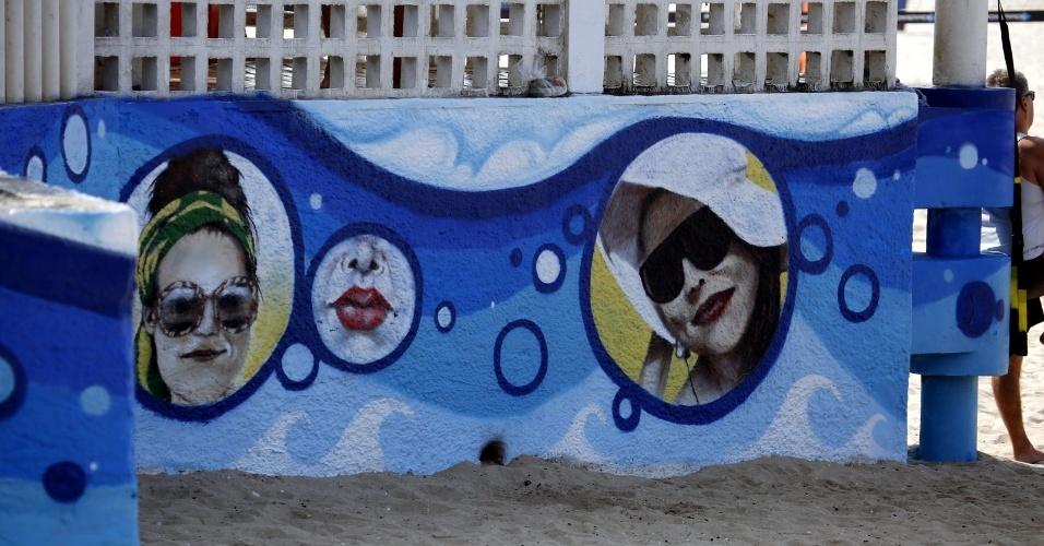 18.jun.2014 - Luana Piovani é homenageada com grafite no Posto 12 do Leblon, na zona sul do Rio. Atriz mora no bairro há 20 anos