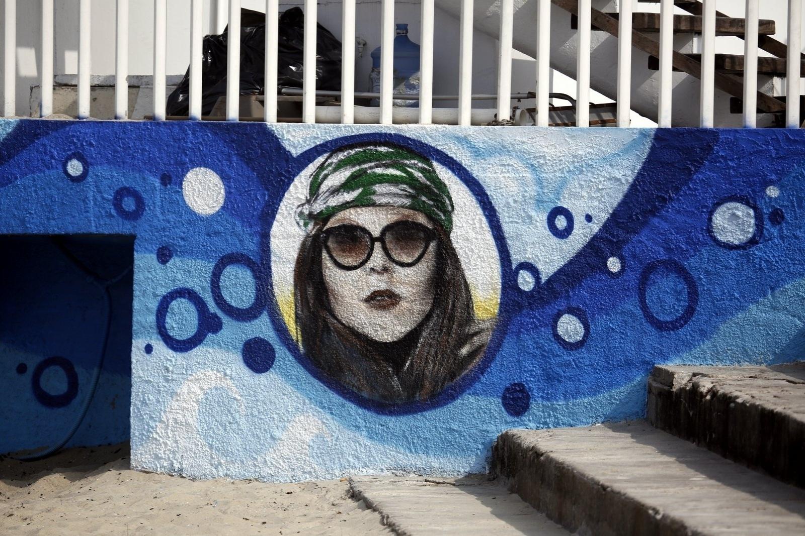 18.jun.2014 - Luana Piovani é homenageada com grafite no Posto 12 do Leblon, na zona sul do Rio. Ela costuma frequentar o local com o filho Dom e o marido Pedro Scooby