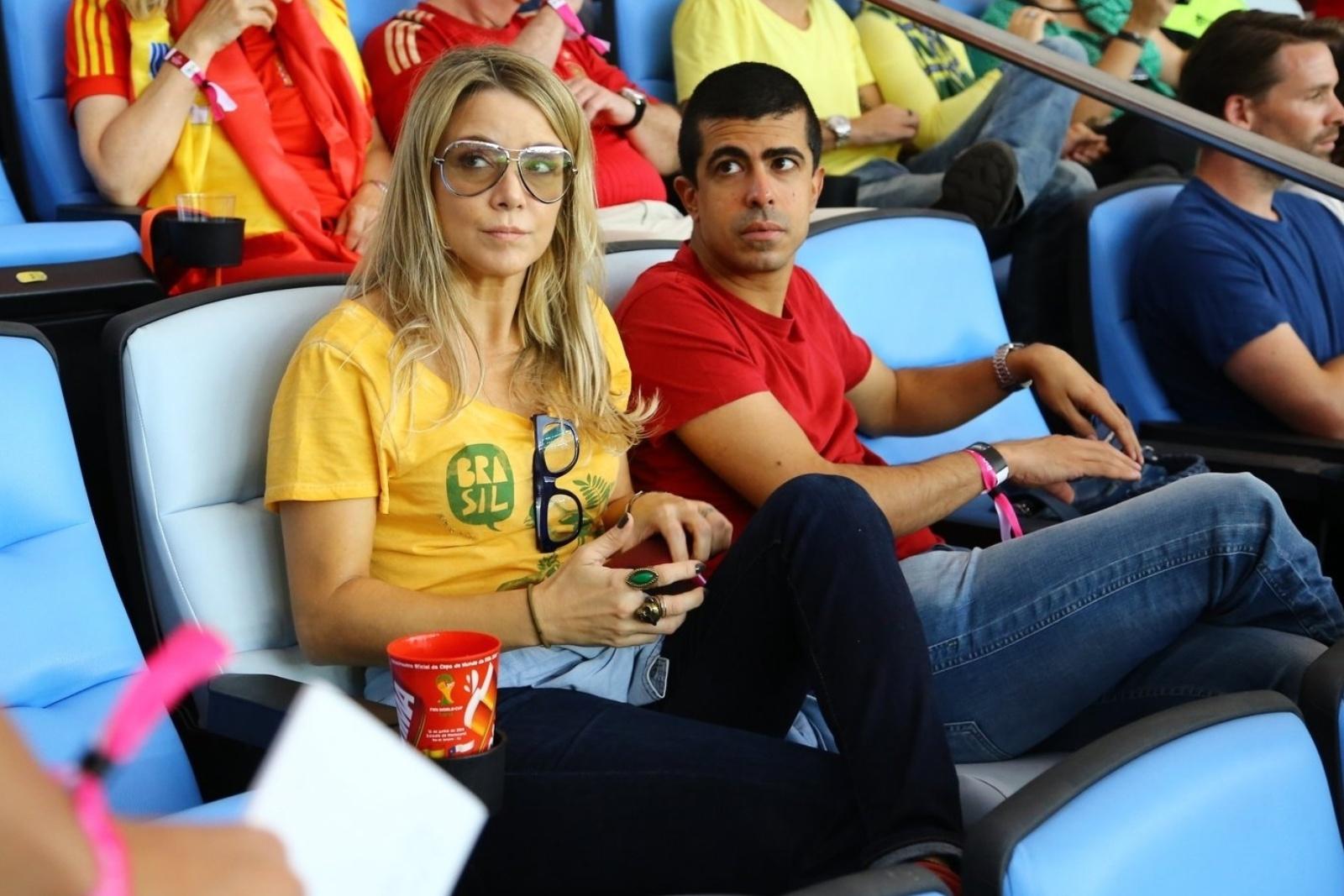 18.jun.2014 - Marcius Melhem e Christine Fernandes acompanham a partida entre Chile e Espanha no Maracanã, no Rio de Janeiro