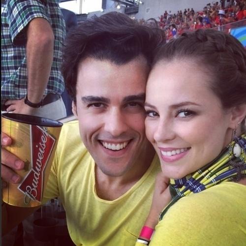 18.jun.2014 - Paolla Oliveira e o namorado Joaquim Lopes assistem a jogo entre Espanha e Chile no Maracanã, no Rio de Janeiro