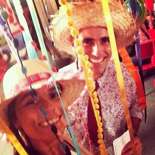 """18.jun.2014 - Reynaldo Gianecchini faz selfie com Giovanna Antonelli e mostra o Arraial da novela """"Em Família"""""""