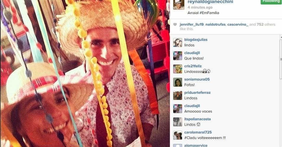18.jun.2014 - Reynaldo Gianecchini faz selfie com Giovanna Antonelli e mostra o Arraial da novela