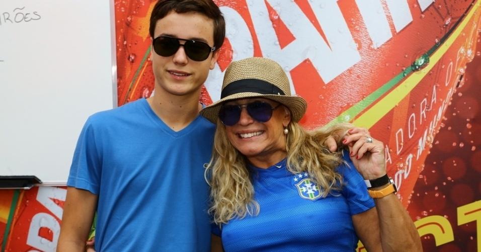 18.jun.2014- Susana Vieira leva neto para assistir ao jogo da Espanha e Chile no Maracanã. Antes, a atriz passou num espaço vip montado para receber famosos próximo ao estádio