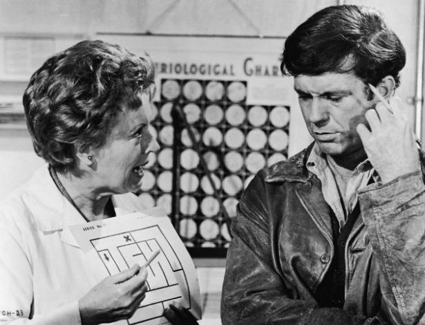 """Cliff Robertson e Lilia Skala em cena do filme """"Os Dois Mundos de Charly"""" (1968) - Reprodução"""