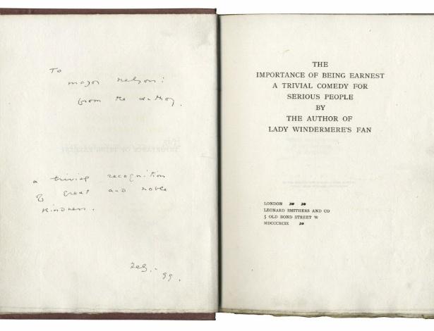 """Imagem de uma edição de """"A Importância de Se Chamar Ernesto"""" autografada por de Oscar Wilde em 1899 - EFE"""