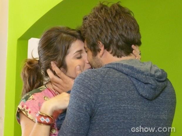 Manu e Davi matam a saudade e se beijam apaixonados