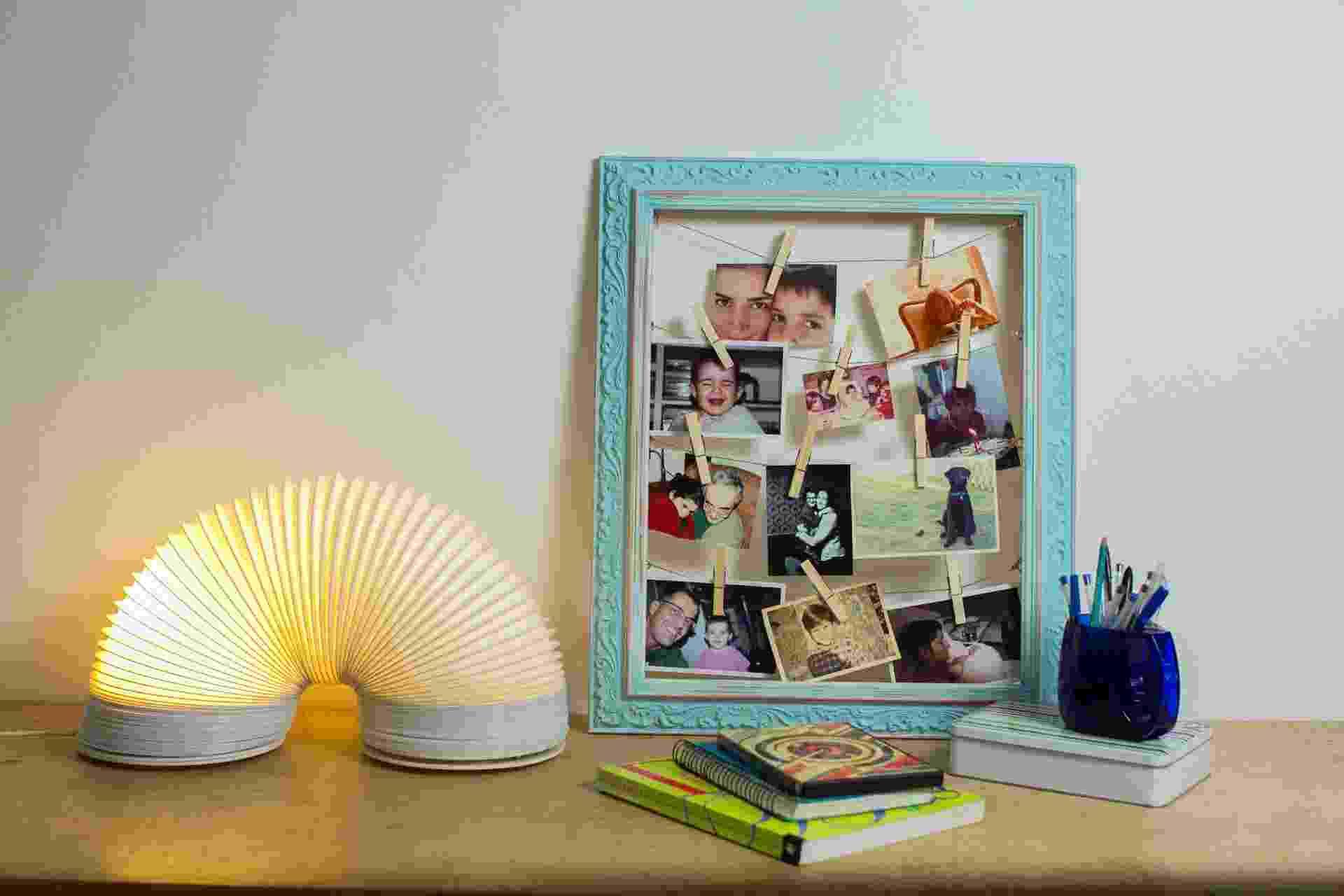 Que tal fazer um painel de fotos diferente para o quarto do seu filho adolescente usando uma moldura de quadros? A designer Camila Whitaker (www.camilawhitaker.com) mostra a seguir o passo a passo | Por Silvana Maria Rosso - Do UOL, em São Paulo | Agradecimento: Fast Frame (www.fastframe.com.br) - Leonardo Soares/UOL