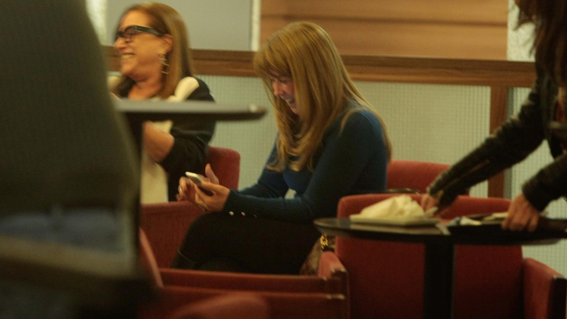 18.jun.2014 - Ansiosa, Zilu utiliza o celular enquanto aguarda notícias da filha Wanessa na cafeteria do Hospital Albert Einstein, em São Paulo, nesta quarta-feira. A cantora entrou em trabalho de parto do segundo filho, João Francisco, ainda durante à tarde