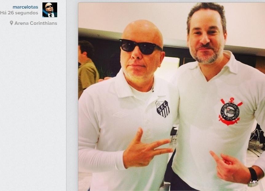 """19.jun.2014- Marcelo Tas e Dan Stulbach conferem jogo de Uruguai e Inglaterra em São Paulo com as camisas dos seus times de coração. """"Santos e Corinthians se abraçam no Itaquerão"""", escreveu o humorista no Instagram"""
