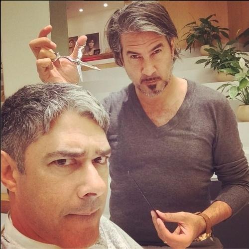 20.jun.2014 - William Bonner brinca ao cortar cabelo com cabeleireiro argentino