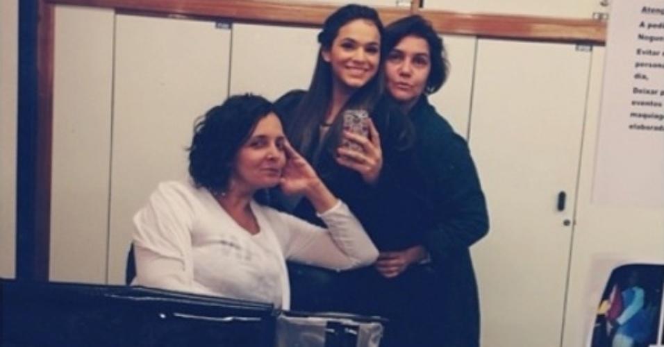 """20.jun.2014- Bruna Marquezine publica foto nos bastidores de """"Em Família"""" com maquiadoras antes de gravar cenas de sua personagem Luiza"""