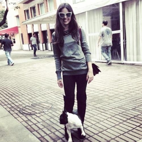 """20.jun.2014- Isis Valverde passeia com a cachorrinha por shopping na Barra da Tijuca, zona oeste do Rio: """"Eu e minha baby!"""", escreveu a atriz no Instagram, que mostrou que está bem magra e com os cabelos mais longos"""