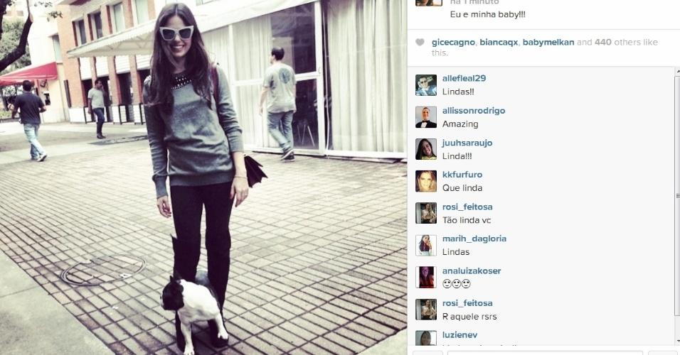 20.jun.2014- Isis Valverde passeia com a cachorrinha por shopping na Barra da Tijuca, zona oeste do Rio: