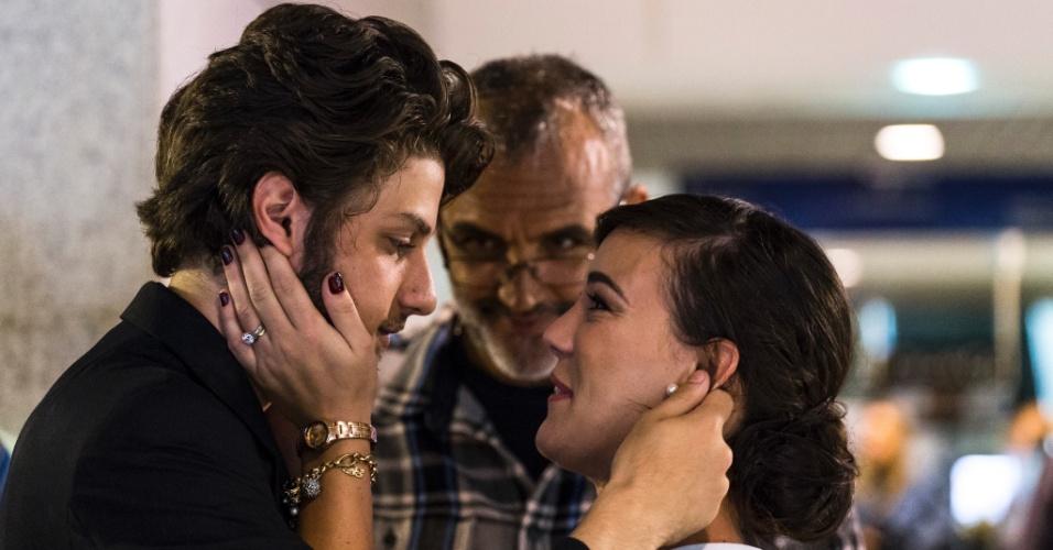 """27.mai.2014 - Rogério Gomes dirige cena da primeira fase de """"Império"""" com Adriana Birolli e Chay Suede, no centro do Rio de Janeiro"""
