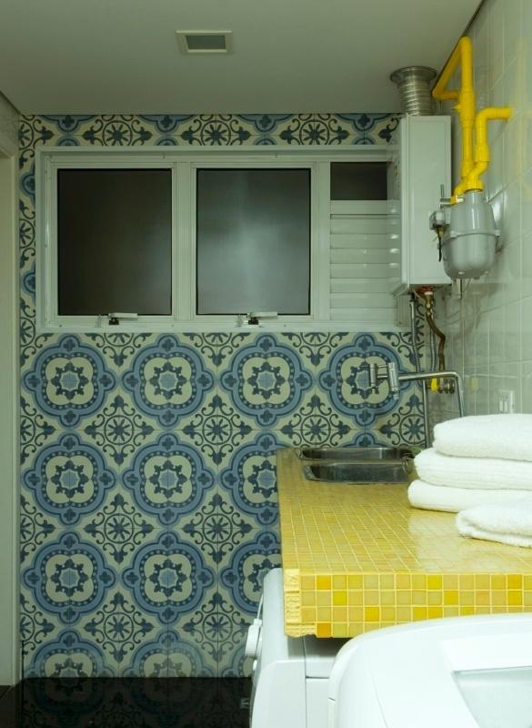 A área de serviços fica no pavimento superior do dúplex e tem parede revestida por ladrilho hidráulico decorado (15 cm x 15 cm), além de bancada executada em concreto e pastilhas de vidro amarelas. A ideia dos arquitetos Gabriel Magalhães e Luiz Cláudio Souza para o apartamento Alto de Pinheiros, em São Paulo, era descontrair os espaços através do uso das cores