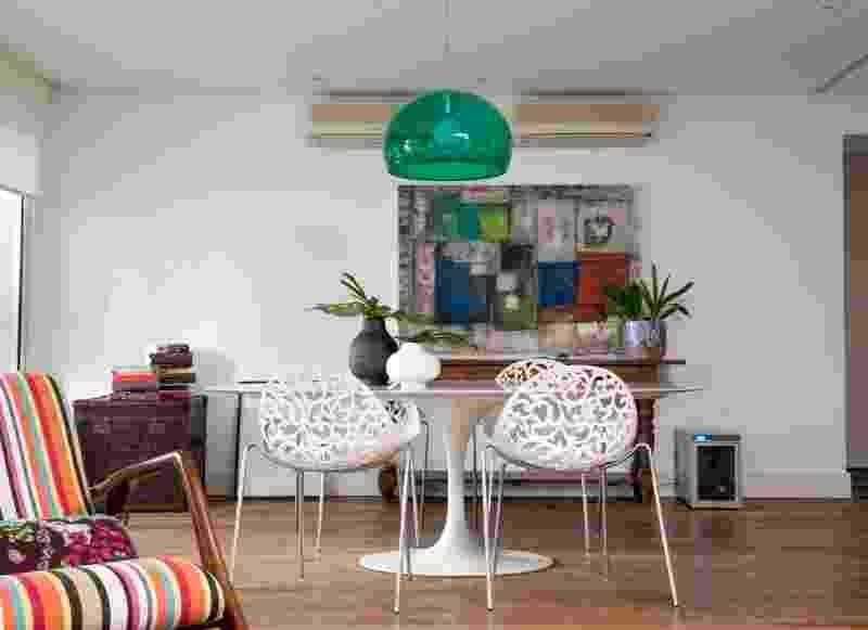 A sala de almoço do piso superior do dúplex está integrada ao estar privativo. A mesa de jantar Saarinen conta com apoio de cadeiras de poliestireno (Montenapoleone). A reforma do apartamento Alto de Pinheiros foi feita pelos arquitetos Gabriel Magalhães e Luiz Cláudio Souza - Marcelo Magnani/ Divulgação