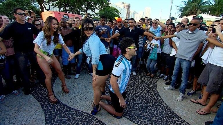 Andressa Soares brinca com argentino e é observada por Sabrina Sato