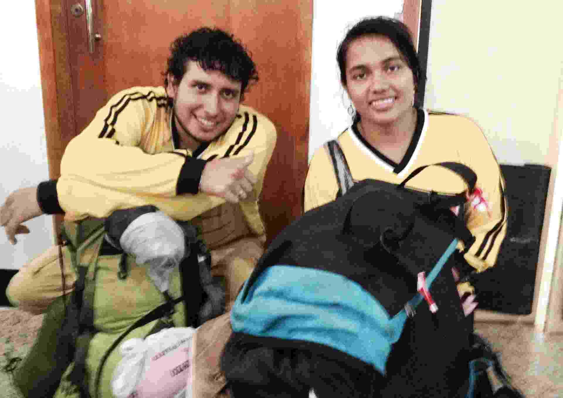 Os namorados colombianos John Moreno e Juli Gomes contam que a rodoviária do Rio de Janeiro fica lotada quando chove - Jefferson Puff/BBC