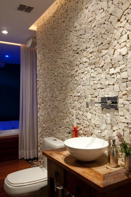 Louças e acessórios da Valvée e o aparador de madeira comprado em Embu das Artes (SP) decoram o lavabo do apartamento Alto de Pinheiros, com design de interiores assinado pelos arquitetos Gabriel Magalhães e Luiz Cláudio Souza