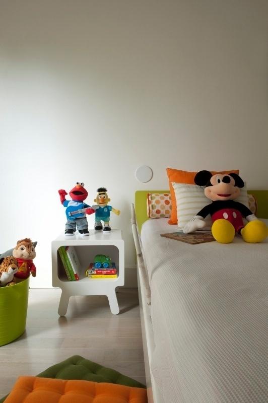 No quarto de uma das crianças, a cama e a mesinha de apoio lateral são da Tok&Stok. O projeto de interiores para o apartamento Alto de Pinheiros, em São Paulo, é de Gabriel Magalhães e Luiz Cláudio Souza