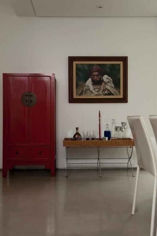 O projeto de Gabriel Magalhães e Luiz Cláudio Souza propõe bases neutras, como o piso em cimento queimado cinza brilhante. Para criar contraste, as cores foram aplicadas aos ambientes nos móveis e objetos de decoração. Muitos desses objetos são peças de coleção do morador, como no caso do móvel chinês