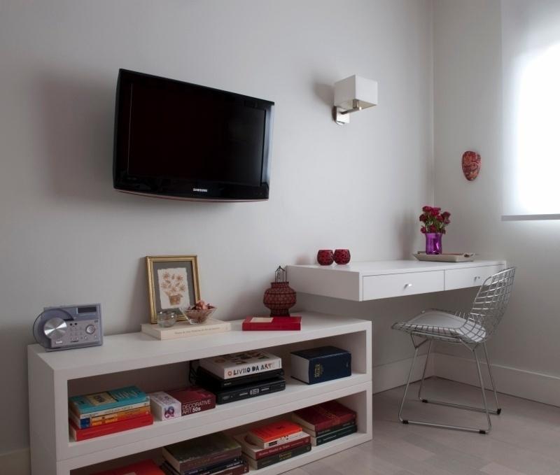 O quarto de hóspedes do apartamento Alto de Pinheiros conta com bancada e móvel para TV