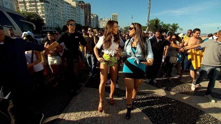 Sabrina Sato leva Andressa Soares, a Mulher Melancia, para passear pela Praia de Copacabana, no Rio de Janeiro, em gravação para seu programa que vai ao ar neste sábado (21) às 20h30, na Record. Elas conversam pelo calçadão, interagem com os gringos e ainda organizam uma partida entre argentinos e brasileiros