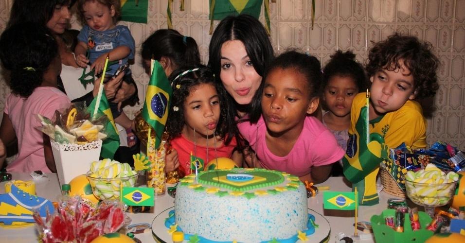 21.jun.2014 - Sthefany Brito completou 27 anos e realizou uma festa ao lado das crianças carentes do Educandário Romão Duarte, no Flamengo, na zona sul do Rio