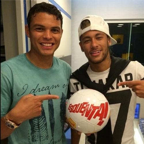 """22.jun.2014 - A apresentadora Regina Casé postou foto dos jogadores Thiago Silva e Neymar com bola do programa """"Esquenta!"""""""