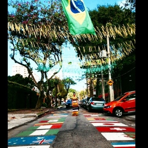 22.jun.2014 - Em clima de Copa do Mundo, a atriz Isis Valverde postou em uma rua pintada com bandeiras dos países que disputam o Mundial. O clique foi feito por uma amiga da atriz