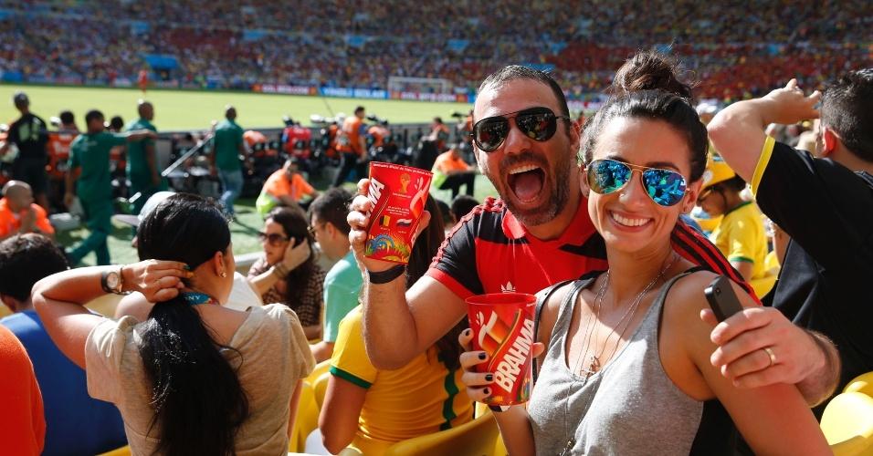22.jun.2014 - Marcelo Faria e Camila Lucciola também foram ao Maracanã assistir à partida entre as seleções da Rússia e da Bélgica
