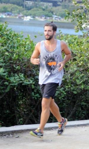22.jun.2014 - O ator Bruno Gagliasso tirou a tarde deste domingo para se exercitar e correr em torno a lagoa Rodrigo de Freitas no Rio