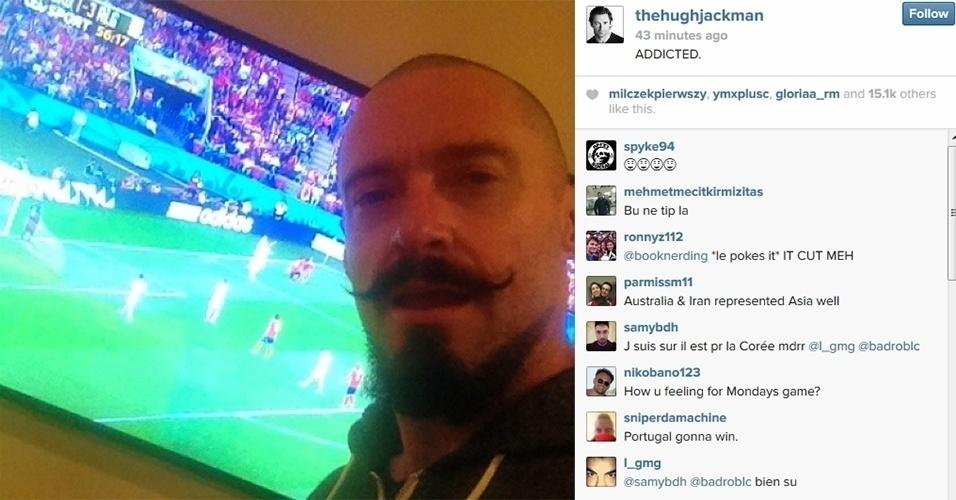 """22.jun.2014 - O ator Hugh Jackman publicou mais uma foto curtindo a Copa. Desta vez, ele mostra a foto assistindo o jogo de Argélia x Coreia do Sul  com a legenda: """"Addicted"""" (viciado em protuguês)"""