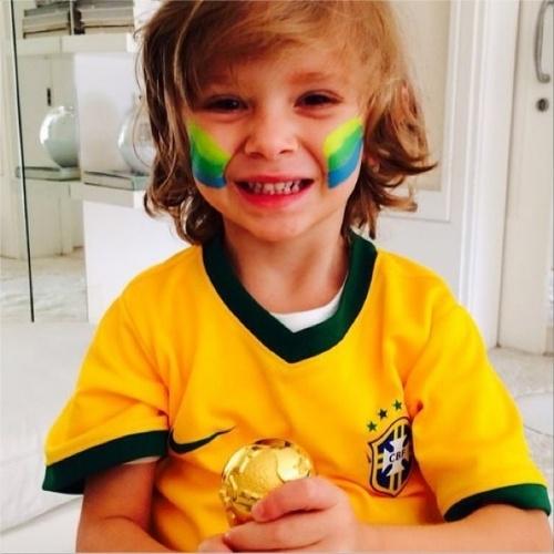 """23.jan.2014 - Vittorio, filho da apresentadora Adriane Galisteu, torce para o Brasil com o rosto pintado e camisa da Seleção. """"É isso meu amor.... Agarra A taça que ela ta cada vez mais perto!!! """", escreveu Galisteu no Twitter"""