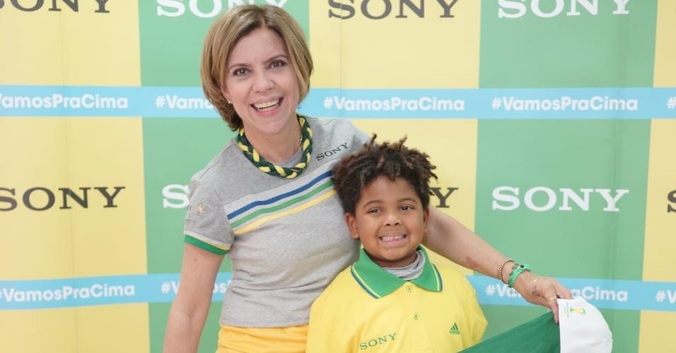 23.jun.2014 - A apresentadora Astrid Fontenelle e o filho Gabriel torcem pelo Brasil contra Camarões em Brasília