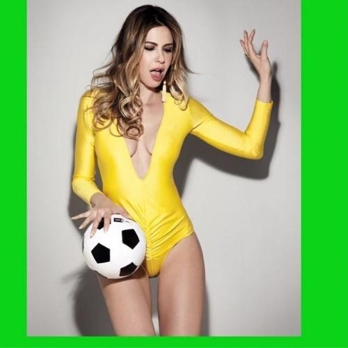 23.jun.2014 - A apresentadora Luciana Gimenez posta foto com maiô decotado para torcer pela Seleção