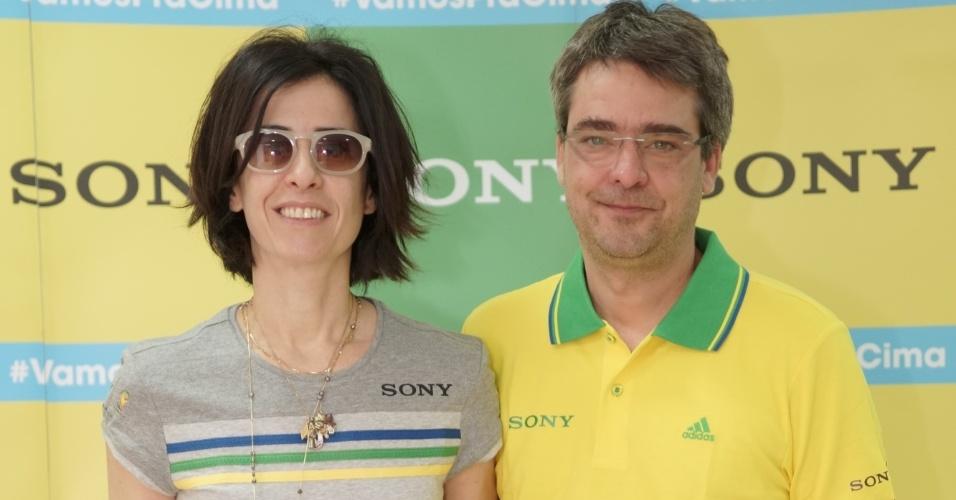 23.jun.2014 - A atriz Fernanda Torres e o marido, o diretor Andrucha Waddington, vestem verde e amarelo para acompanharem Brasil e Camarões em Brasília
